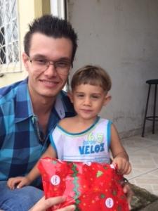 Bruno Teixeira, colaborador da Auditar com Breno que já ganhou seu presente do Papai Noel.