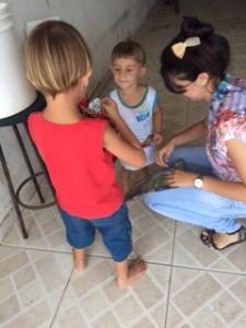 As crianças felizes com os presentes, aqui na foto com a colaboradora da Auditar, Francielly Leal Gilli.