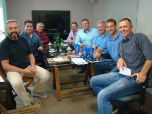 Foto: Ricardo Cabianca (Sépha/Novovarejo), Mateus e Cleonir Rosa (Auditar), Gerson Alberti (Sépha/Novovarejo), Franz Rebello (Auditar), Sr. Aroldo Karpe (fundador do grupo), Lucas e Douglas Karpe (Sépha/Novovarejo).
